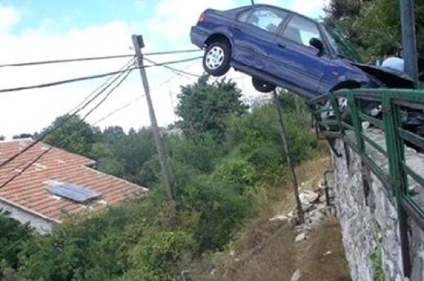 acidente em que carro quase caiu de uma ponte