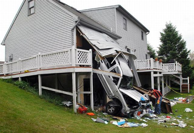 foto de carro que entrou dentro de uma casa