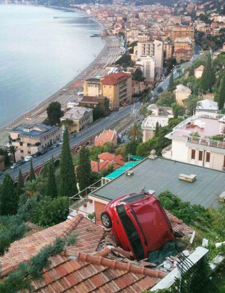 foto de carro que entrou em cima de uma casa sem explicacao